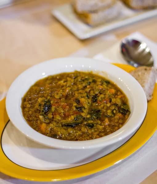 Soupe aux lentilles, tomates et kale