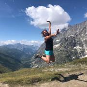 Caroline sautant dans les airs sur le Mont-Blanc